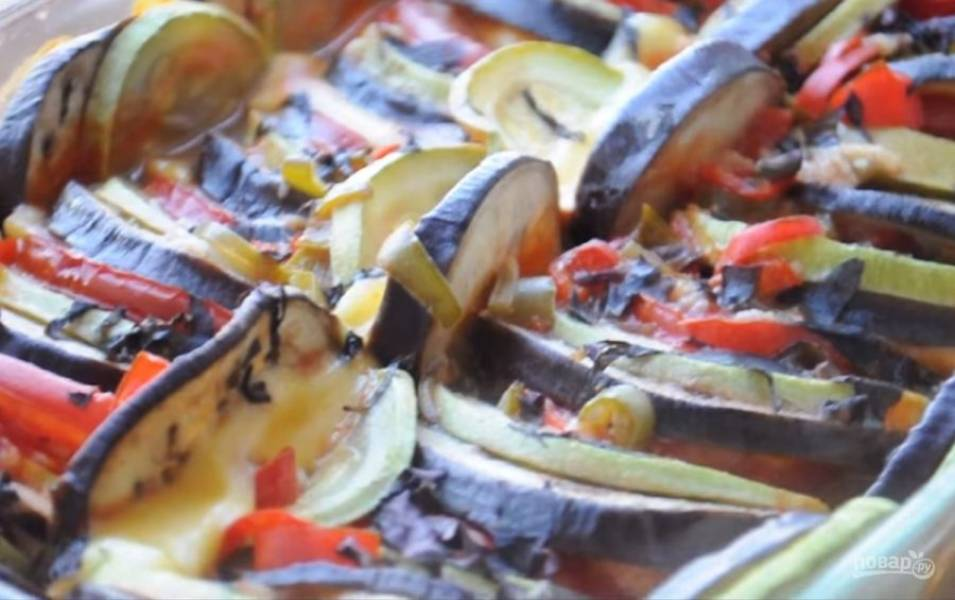 4. Залейте готовым соусом рататуй и посыпьте нарезанным базиликом. Форму накройте фольгой или крышкой и отправьте в разогретую до 180 градусов духовку на 40 минут, после чего снимите фольгу и оставьте еще на 20 минут. Приятного аппетита!