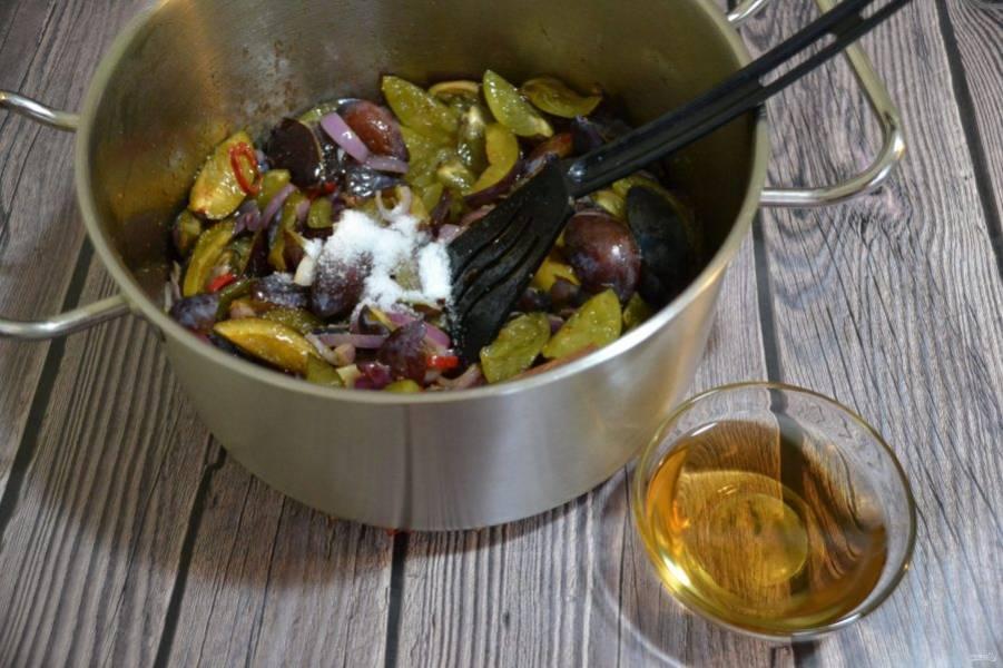 Добавьте соль, сахар, гвоздику, палочку корицы, влейте яблочный уксус, доведите до кипения.