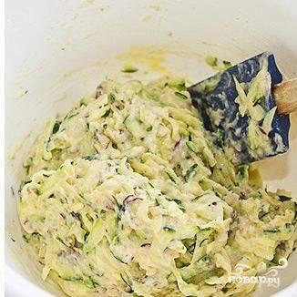 Перекладываем овощи в миску, добавляем туда яйцо, молоко, муку, соль и перец. Хорошенько перемешиваем.