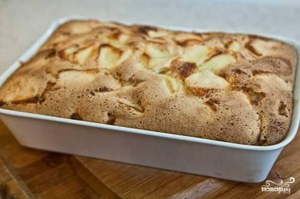9. Готовый пирог аккуратно достаньте из формы, остудите и при подаче присыпьте сахарной пудрой. Приятного чаепития!