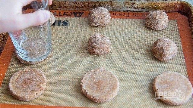 4. Затем сформируйте из теста печенье, выложив его на противень.