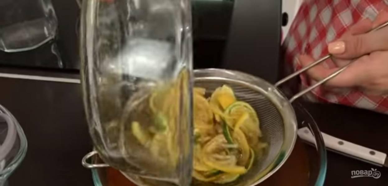 3. Перелейте чай в графин и украсьте ломтиками лайма и лимона. Для зеленого чая апельсины тонко нарежьте и также подавите в сиропе. Отправьте апельсиновый сок в чай.