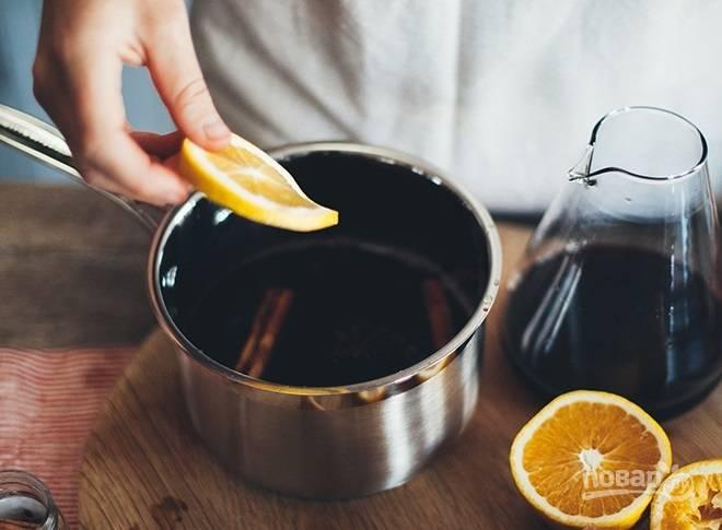 3. Третий апельсин нарежьте дольками и добавьте в кастрюльку.