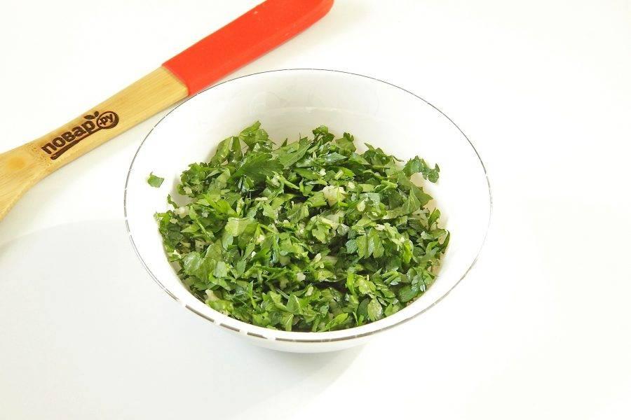 Соедините любую свежую зелень (у меня петрушка) и пропущенный через пресс чеснок. Добавьте немного соли и перемешайте.