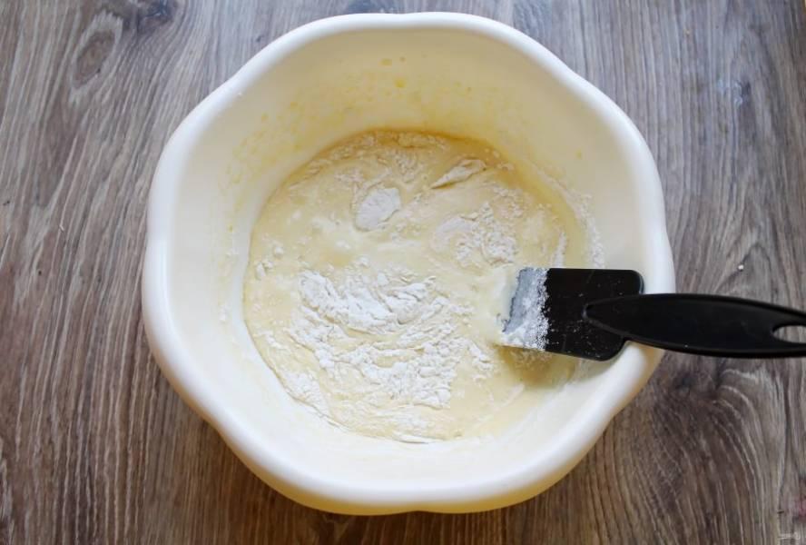 Просейте в миску со взбитыми яйцами муку и аккуратно замесите воздушное тесто.