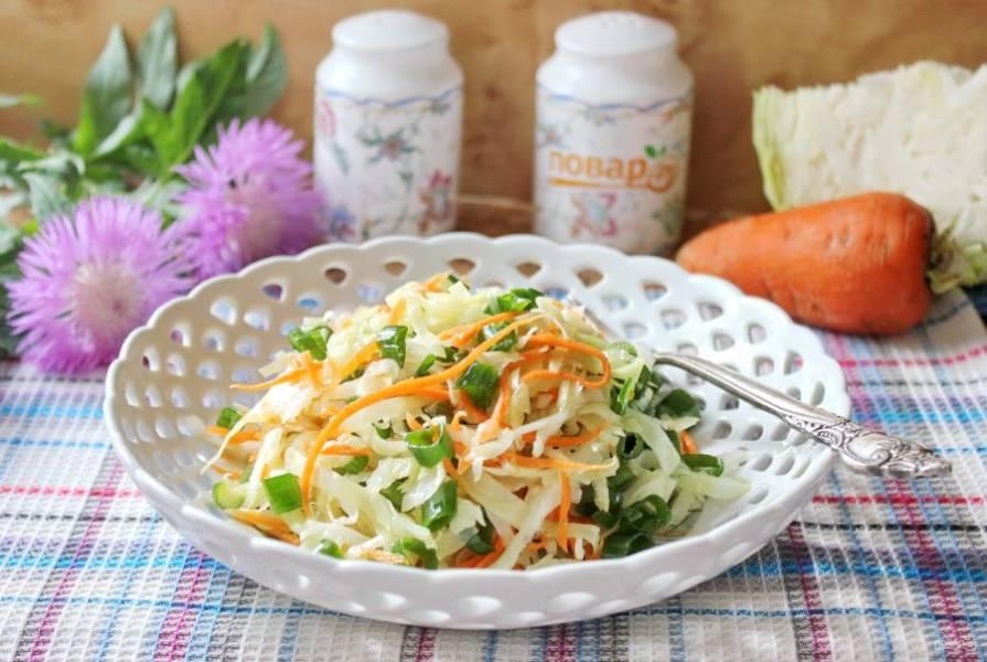 Капуста с морковью и чесноком готова. Можно подавать к столу. Приятного аппетита!