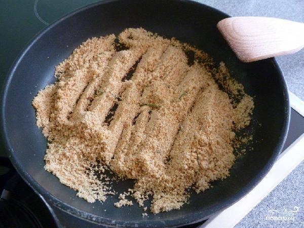 Теперь нам понадобится отдельная в сковорода, в которую мы нальем чуточку оливкового масла и высыплем наши панировочные сухари и розмарин. Слегка обжариваем - буквально 1-2 минуты на среднем огне.