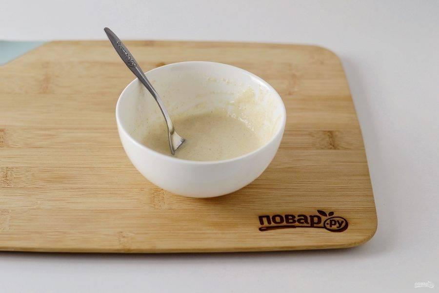 Для кляра соедините имбирь, измельченный чеснок, воду, крахмал, муку и перец чили. Пробейте блендером, чтобы получилась однородная жидкая консистенция. Посолите по вкусу.