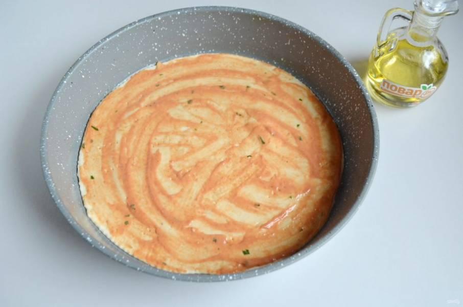6. Разделите тесто на две части. Форму смажьте маслом, раскатайте тесто в круг, положите в форму, смажьте 2 ст. л. соуса.