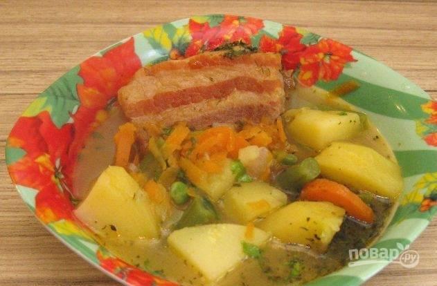 В конце добавьте фасоль, горошек и травы. Варите суп ещё 5 минут. Приятного аппетита!