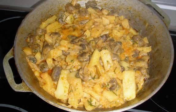 Затем убираем крышку, перемешиваем все, обжариваем еще около 4 минут, выключаем печку. Даем немного постоять картошке и затем подаем к столу. Приятного аппетита!