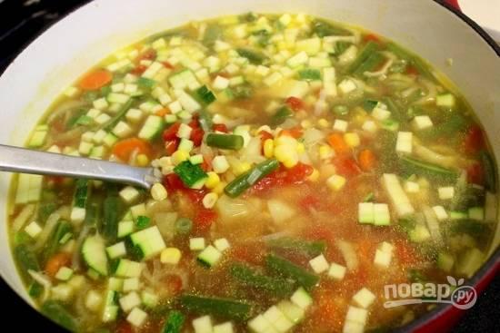 8. Еще минут через 10 можно добавить остальные овощи: зерна кукурузы, нарезанный кубиками кабачок, пропущенный через пресс чеснок. Через 5 минут кастрюлю можно снять с огня.