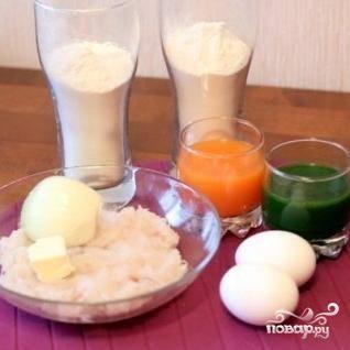 Начинаем с подготовки ингредиентов. Во-первых, просеиваем 500 гр. муки. Во-вторых, при помощи блендера или соковыжималки добываем сперва морковный сок, затем - пюре из шпината. В-третьих, блендером превращаем филе трески в фарш. В-четвертых, мелко нарезаем лук. Ингредиенты готовы.