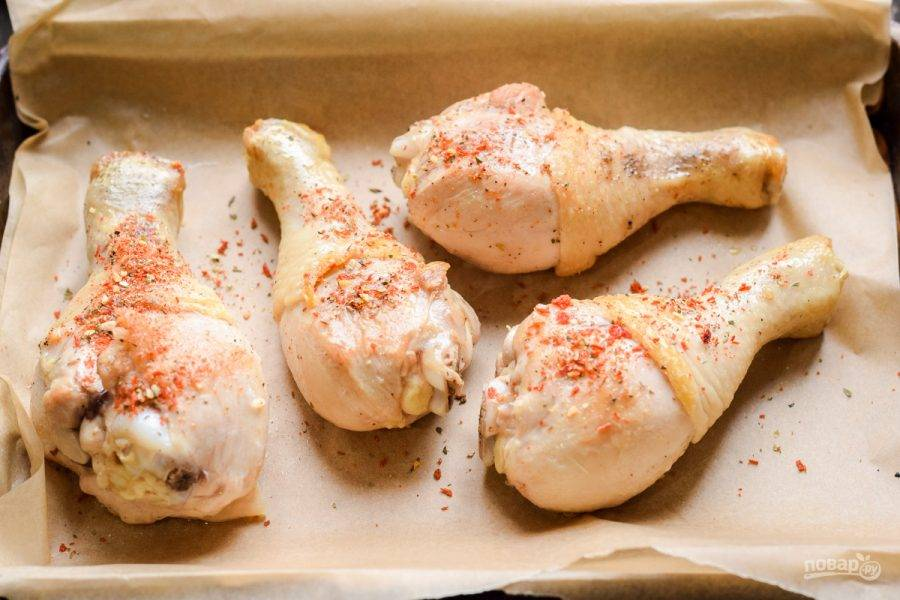 Переложите ножки курицы на противень, посыпьте специями на свой вкус. У меня были сухие томаты, базилик и чеснок.