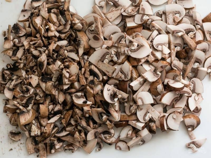 1.Промойте и очистите грибы. Порежьте их небольшими кусочками, половину от порезанного порежьте еще меньше.