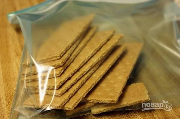 1. Печенье (любое, которое есть под рукой) измельчите в крошку. Можно в блендере или просто молоточком, сложив печенье в пакет.