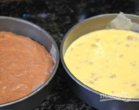 Делим тесто на 4 части. В одну часть теста добавим какао, во вторую — измельченные орехи, перемешиваем. Выливаем в формы, застеленные пергаментом, и выпекаем в разогретой до 180 градусов духовке минут 35.