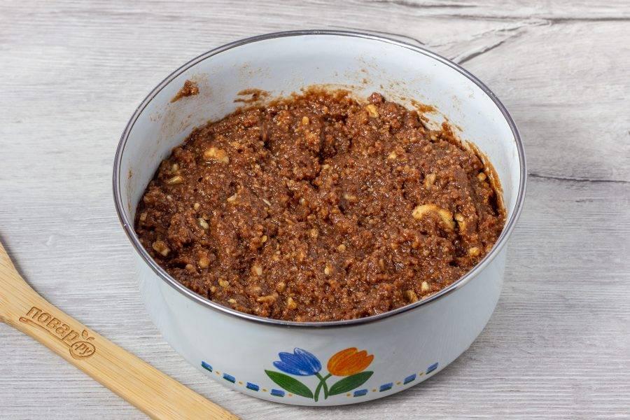 Введите печенье с орехами в жидкую массу. Тщательно перемешайте до однородности.