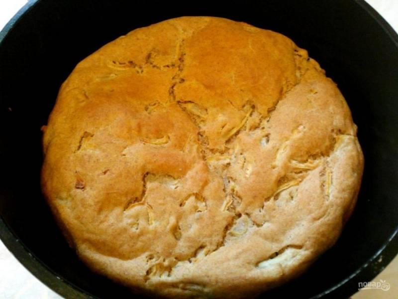Поместите форму с тестом в неразогретую духовку, установите температуру 170-180 градусов и выпекайте луковый хлеб в течение 55-65 минут до появления золотистой корочки.