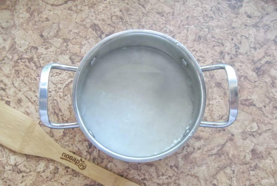 Налейте воду и поставьте кастрюлю на плиту.