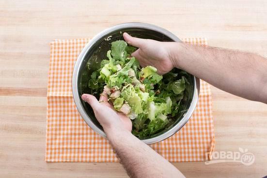 6.К луку в уксусе добавляю еще 2 столовые ложки оливкового масла, перемешиваю – это заправка. Выкладываю в миску все подготовленные ранее ингредиенты, добавляю измельченную курицу, по вкусу солю и перчу.