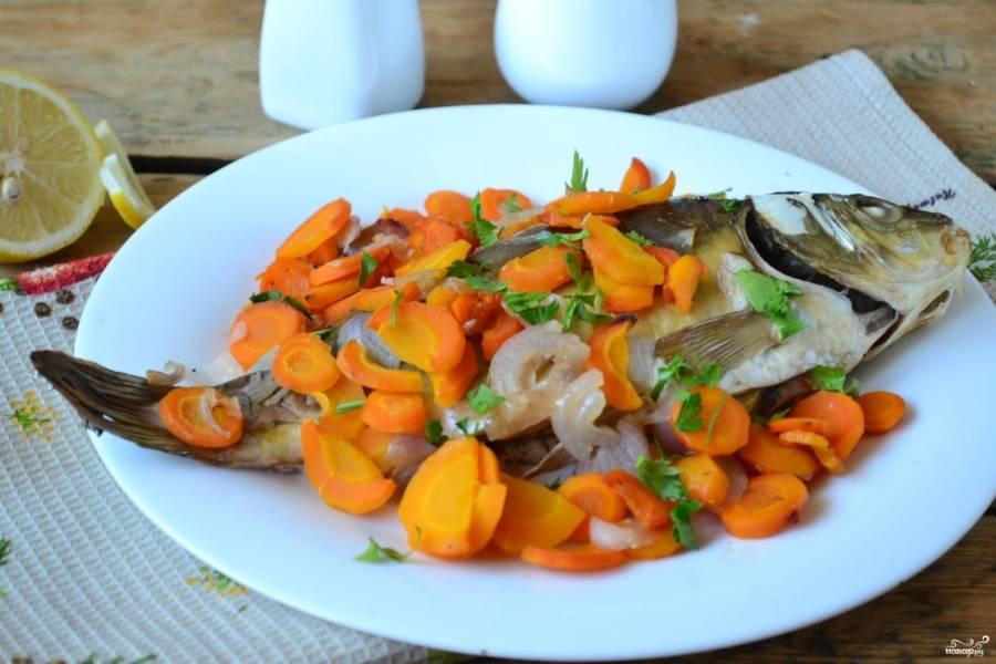 Подавайте сазана горячим вместе с овощами. Дополнительно можете приготовить любой соус к рыбе. Кушайте с удовольствием!