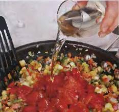 Помидоры ошпарить крутым кипятком, и снять с них кожицу, порезать на 4 части и чайной ложкой убрать семена. Мякоть помидоров мелко порезать. Пересыпать в сковороду с беконом и овощами. Добавить вино. Хорошенько перемешать, вскипятить и тушить без крышки на слабом огне 20 минут.