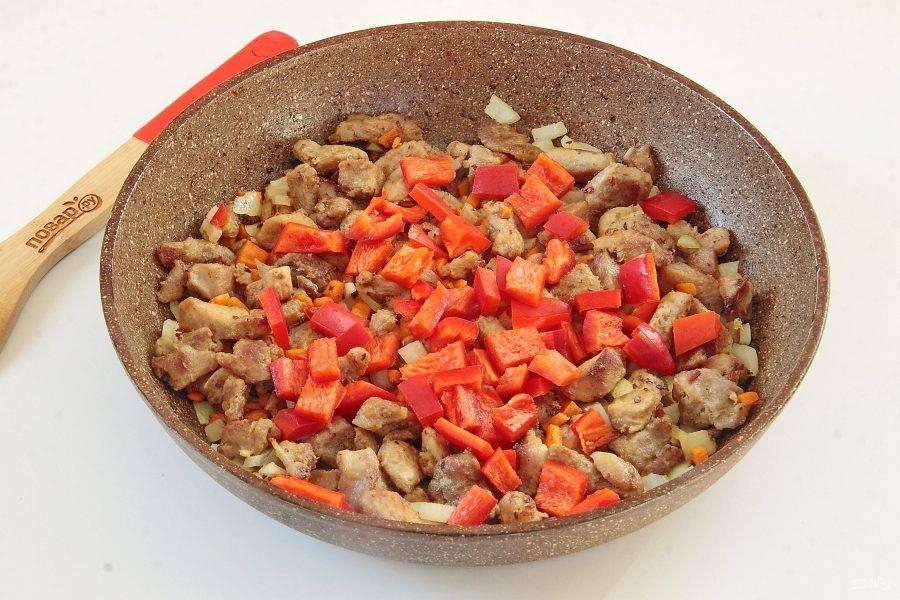 Нарезанный аналогично болгарский перец.