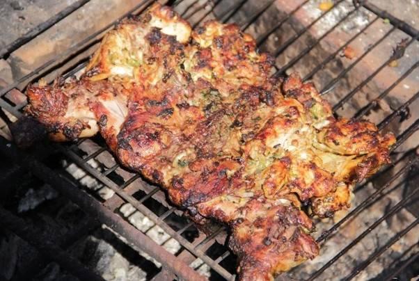 Когда курица будет готова и покроется ароматной румяной корочкой, подаем ее к столу со свежими овощами. Приятного всем аппетита!