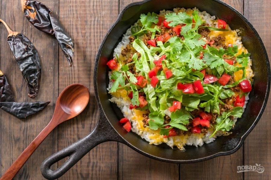 6.Сверху выложите готовый говяжий фарш, затем помидоры, кинзу и блюдо украсьте листом салата. Приятного аппетита!