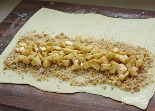 7. Присыпьте орешками, выложите яблоки с корицей.