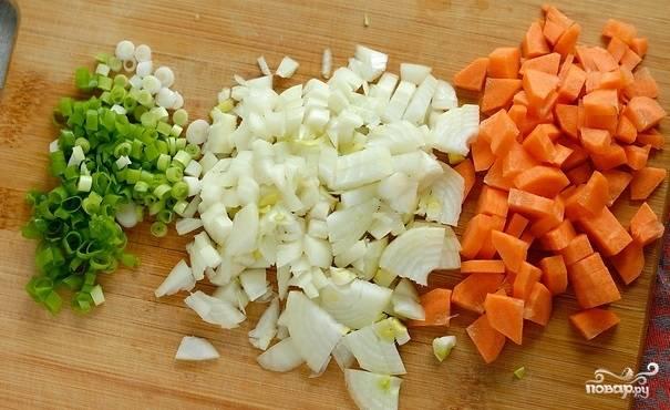Репчатый и зеленый лук нарезаем мелко. Морковь я предпочитаю резать на четвертинки, так суп получается очень красивый.