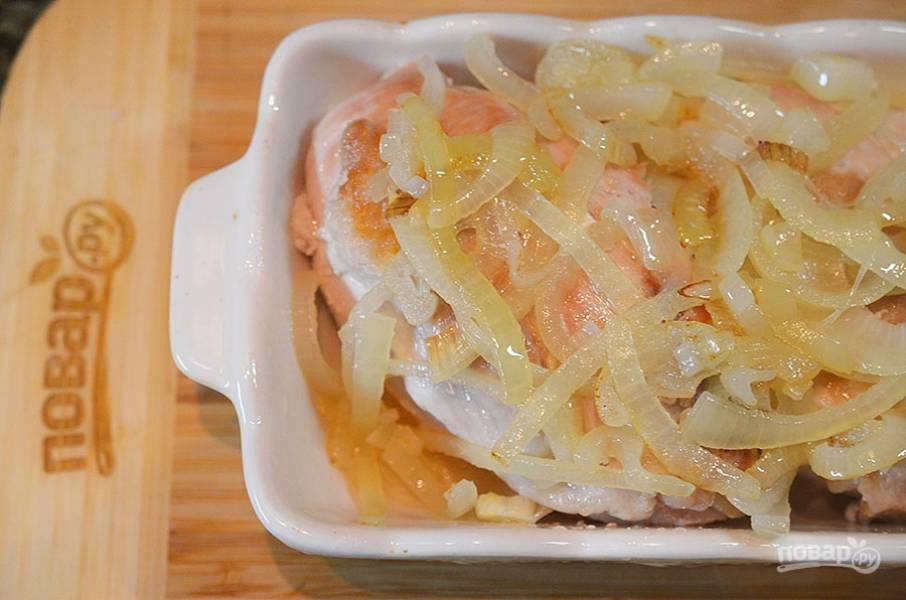 6. Выложите обжаренный лук на курицу.