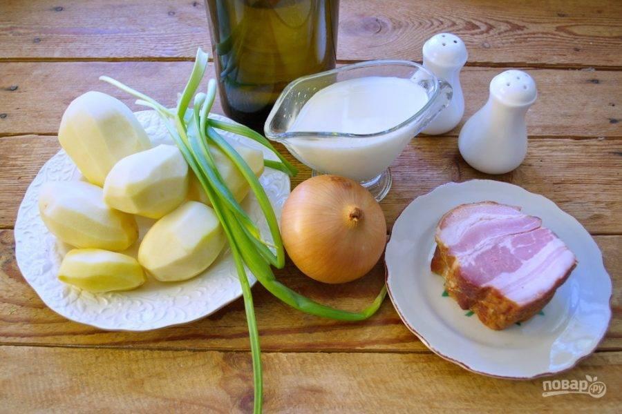 Для приготовления картофельного супа с дымком нам нужно взять картофель, копченый бекон, молочные сливки, репчатый лук, муку, растительное масло, зеленый лук, твердый сыр, бульон или воду.