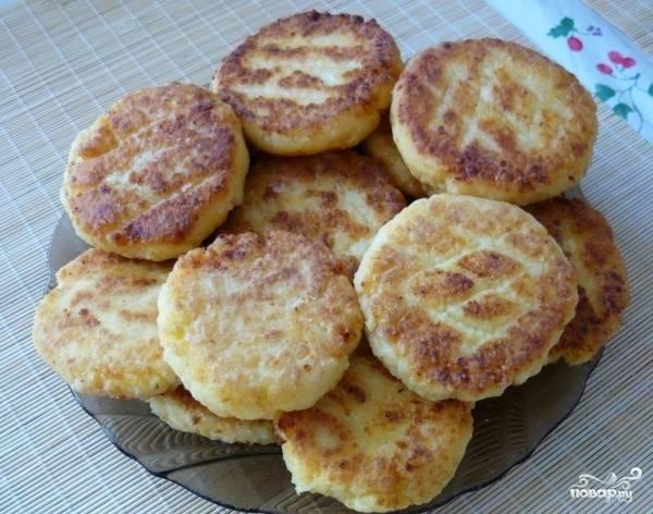 В сковороде разогреваем масло и обжариваем на нем сырники. Их можно кушать просто так, а можно и со сметанкой - как вам больше нравится.