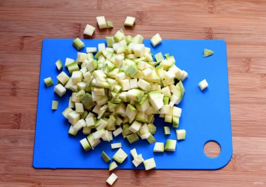 Молодые кабачки нарежьте мелкими кубиками вместе с нежной кожицей.