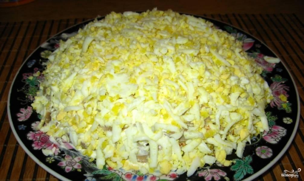 4. Дальше — слой грибов, и опять промажем салат майонезом. Дальше — яйца, натертые на терке.