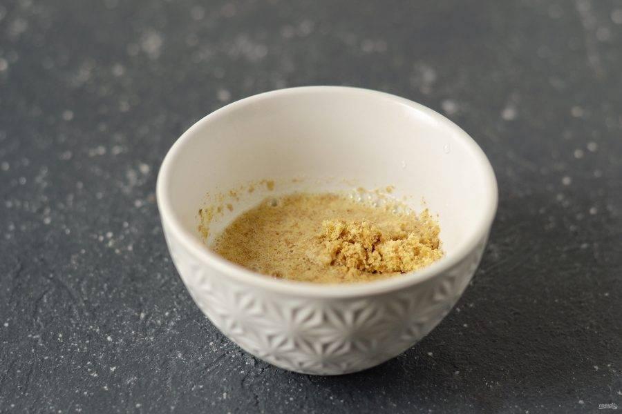 Измельчите семена льна в кофемолке, добавьте 3 ст.л. воды и оставьте на 1-2 минуты.