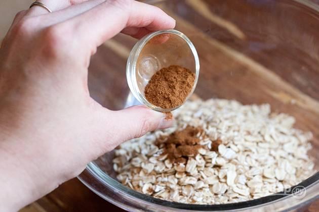 4. В емкости смешайте начинку: овсянку, 100 грамм сахара и корицу.