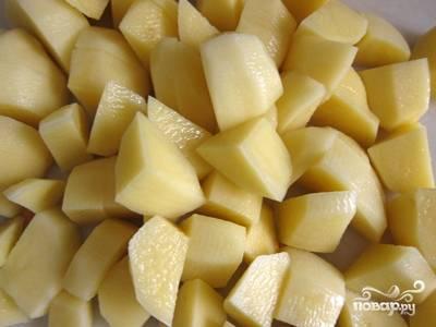 Картошку порезать кубиками.