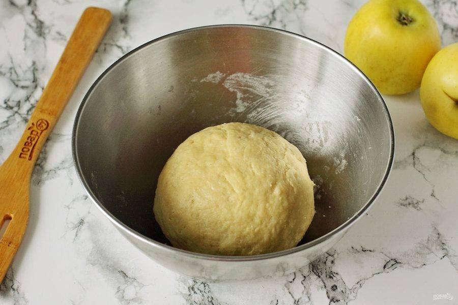 Замесите тесто, соберите его в шар, затем разделите на две части и уберите в морозилку.