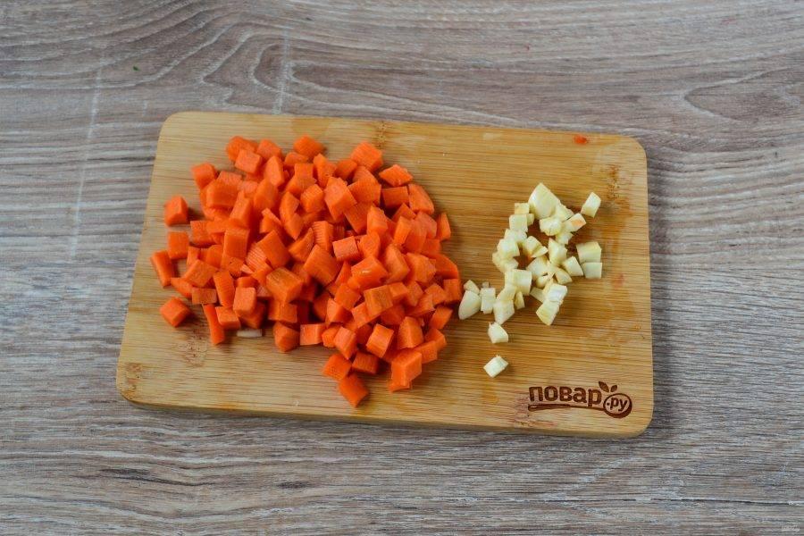 Морковь можно натереть на крупной терке, но лучше нарезать мелким кубиком. Чеснок также порежьте на кусочки.