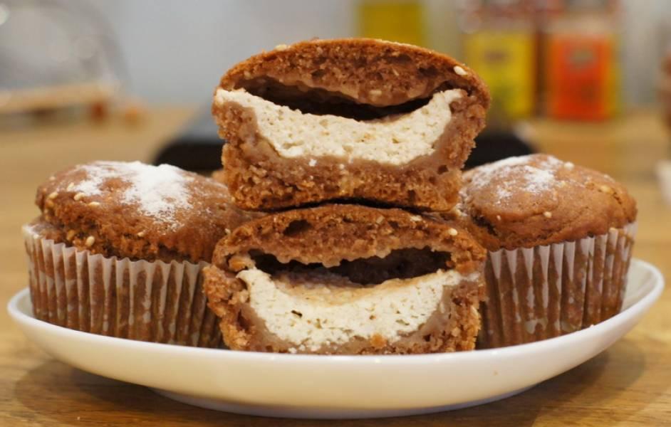 Перед подачей на стол посыпаем кексы сахарной пудрой. Приятного аппетита!