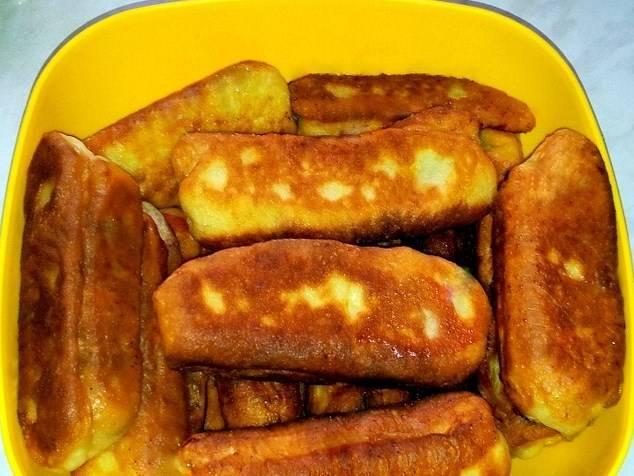 Пирожки жарим в масле на разогретой сковороде, до золотистого цвета.