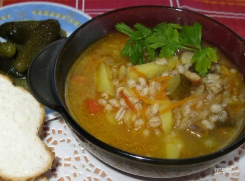 В самом конце рассольник посолите по вкусу и поперчите. Подавайте суп с зеленью. Приятного аппетита!