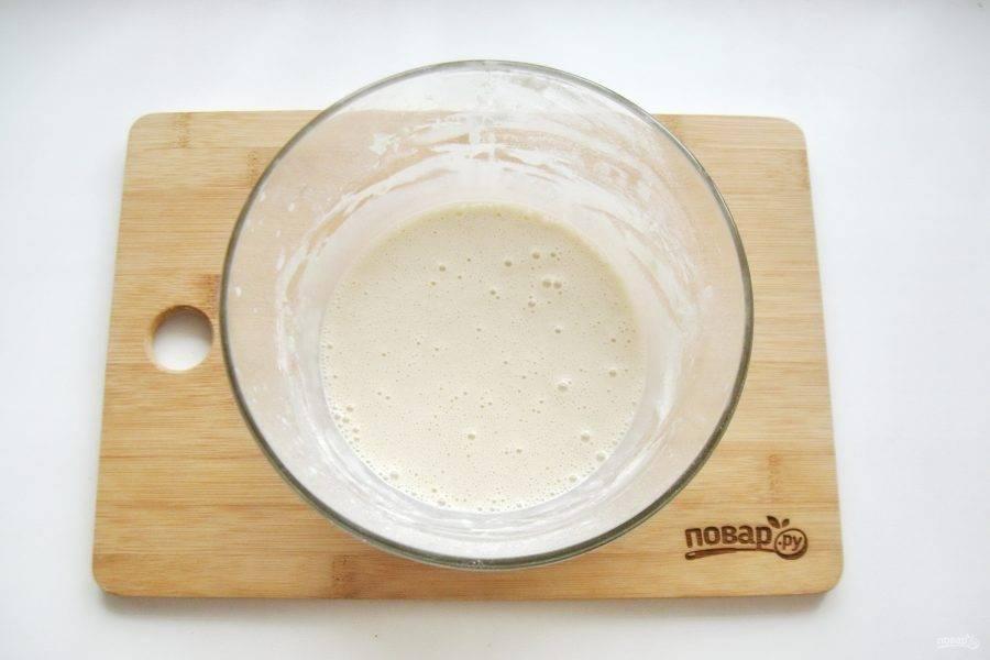 Хорошо перемешайте теплое молоко, дрожжи, сахар и муку. Поставьте в теплое место.