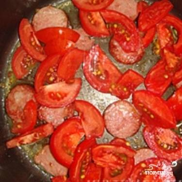Порежьте помидоры небольшими дольками и добавьте к колбасе.
