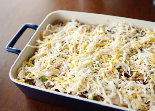 Выкладываем нашу смесь в форму для запекания, предварительно хорошо смазав ее маслом, как дно, так и бортики. Посыпаем сыром и ставим в духовку, разогретую до 190 градусов.