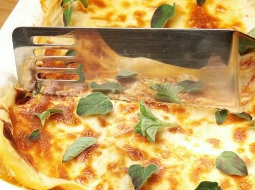 Запекаем лазанью 20 минут в духовке при 200 градусах.