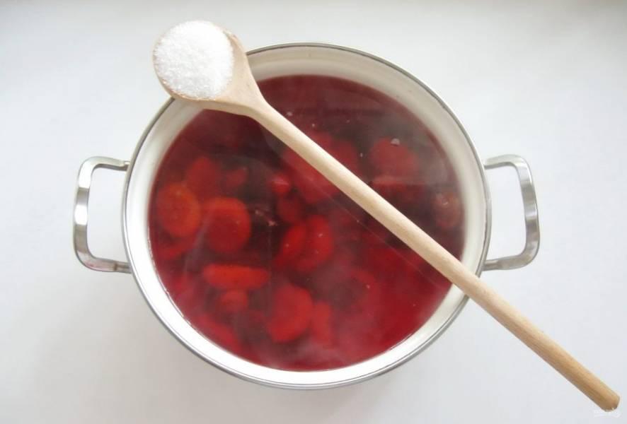 В отвар из абрикосов и терна добавьте сахар по вкусу, перемешайте.